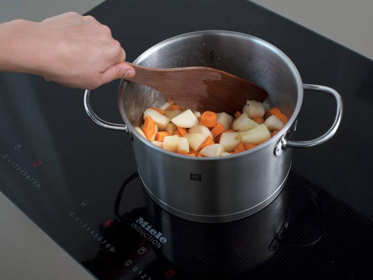将黄油放入平底锅中。融化后放入糖,搅拌至完全融化。将梨块放入平底锅中,搅拌至焦糖化。放入胡萝卜,搅拌均匀,煮5分钟。