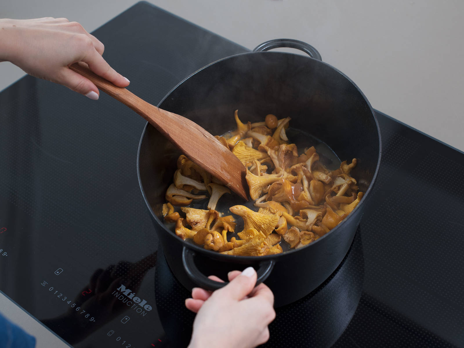 In a large pot, heat butter over medium-high heat, and sauté the chanterelles for approx. 3 – 4 min. Remove from pot and set aside. Add oil to the pot and fry meat over high heat for approx. 5 min., until browned on all sides. Remove from pot and set aside.