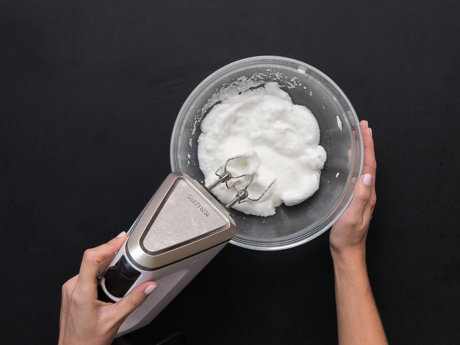 用手持搅拌机搅打蛋白,直至形成硬性发泡。