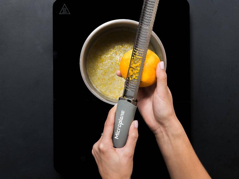 将糖、香草糖、杏仁露、盐和水放入平底锅。中火加热,持续搅拌,直至糖彻底融化。放入橘子皮碎,搅拌均匀。
