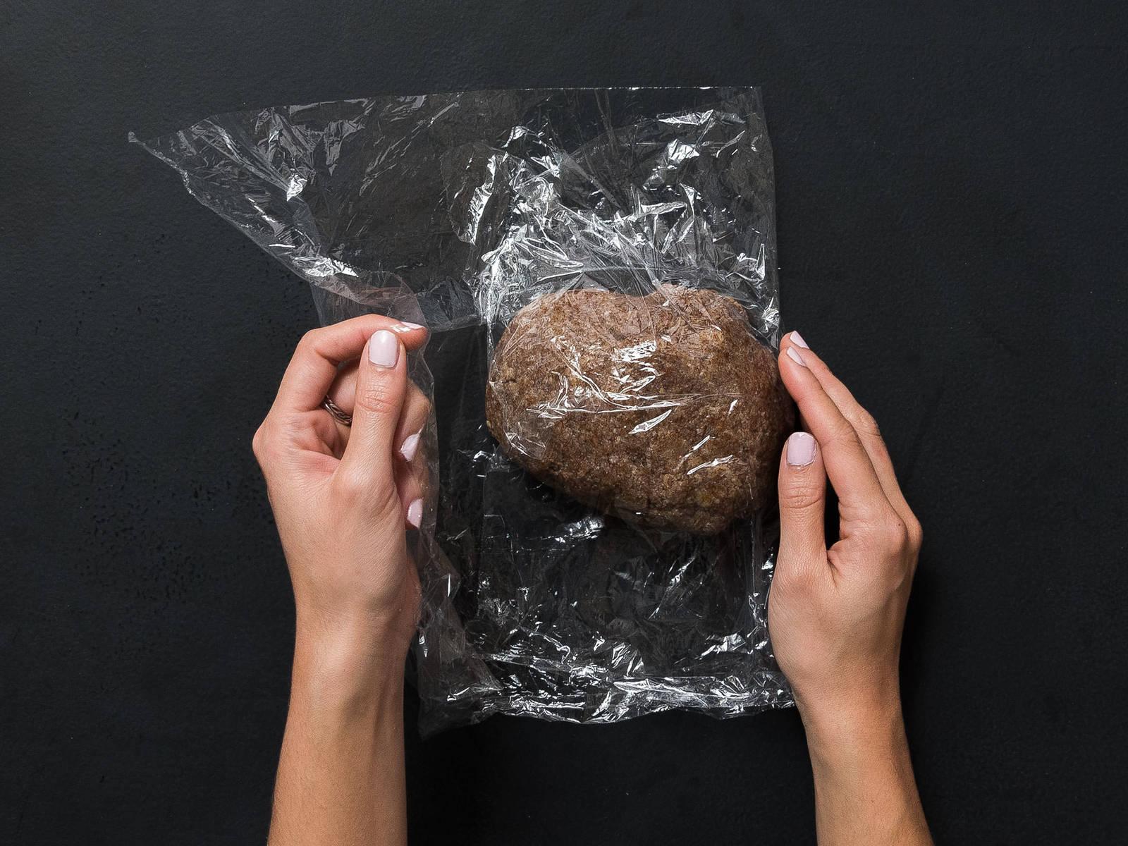 关火取下糖的混合物,倒进放了杏仁粉的大碗。搅拌均匀后,拌入蛋白。一点点地撒入糖粉,搅拌至形成面团。盖上塑料膜,冷藏2小时。