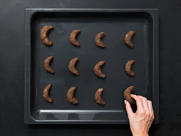 预热烤箱至将150°C。面团从冰箱中取出,做成弯月形状。放入烤箱以150℃烤15—20分钟,然后取出烤箱,置于冷却架上放凉。