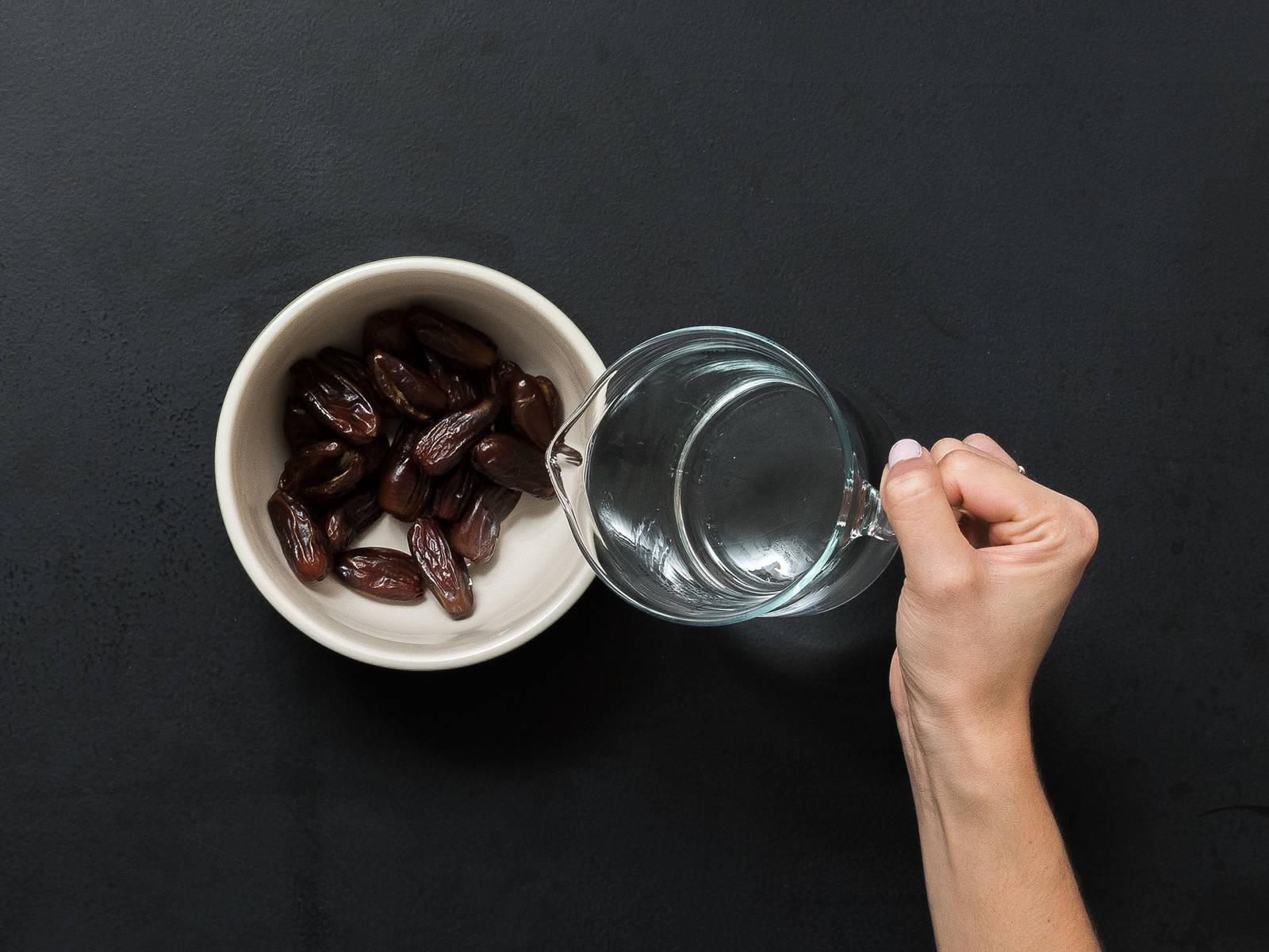 Backofen auf 180°C vorheizen. Datteln in einer Schüssel mit Wasser ca. 5 Min. einweichen.