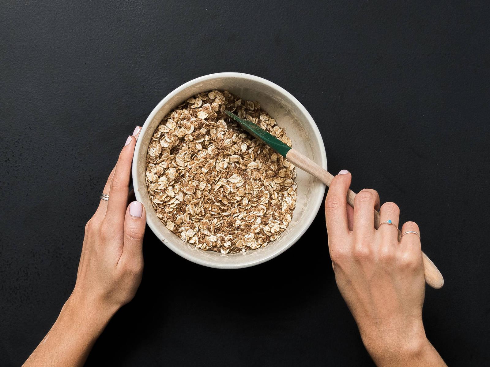 Haferflocken, gemahlene Haselnüsse, Leinsamen, Zimt und Salz in eine Rührschüssel geben und vermengen.