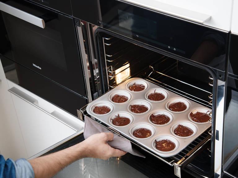 Die Cupcakes ca. 20 Min. backen und mit der Zahnstocherprobe testen, ob sie durchgebacken sind. Aus dem Backofen nehmen und abkühlen lassen.