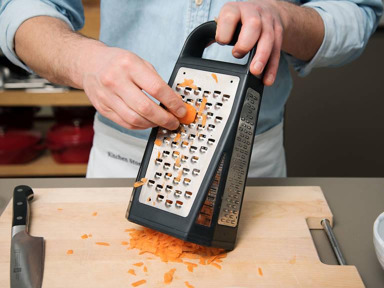 将烤箱预热至175℃。胡萝卜削皮后擦丝,置于一旁待用。分离鸡蛋,蛋黄置于一旁。将蛋白加糖搅打至形成硬性发泡。