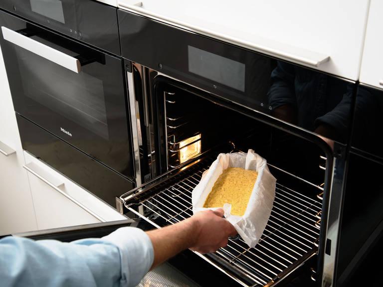 将面糊倒入铺好烘焙纸的烤盘中。以175℃烤45分钟后,从烤箱中取出,放凉后再将蛋糕倒出烤盘,揭去烘焙纸。