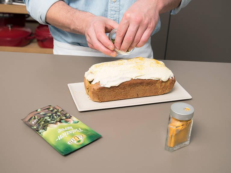 烤面包时,制作糖霜:在一小碗中,混合奶油奶酪、蜂蜜、剩余的盐、柠檬皮碎和柠檬汁。然后抹在冷却好的面包上,撒上姜黄粉和开心果碎。尽情享用吧!