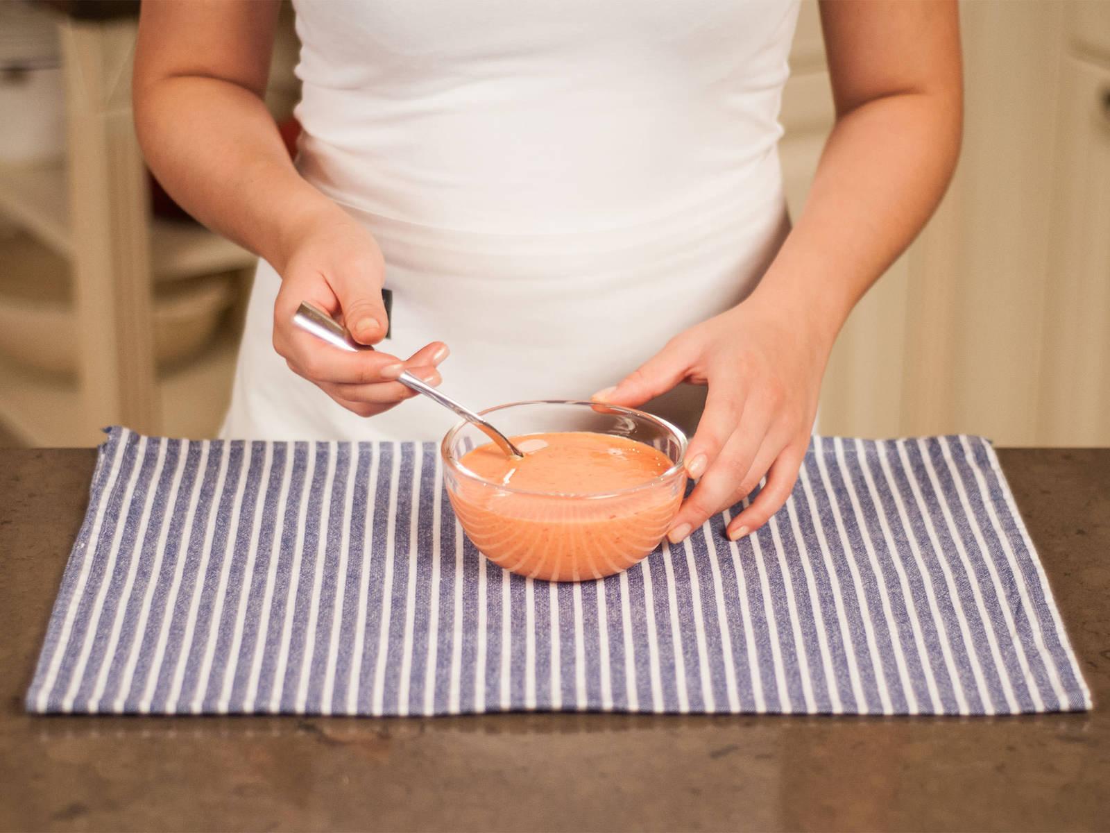 Backofen auf 180°C vorheizen. In einer kleinen Schüssel Sojasahne und Paprikapaste vermengen.