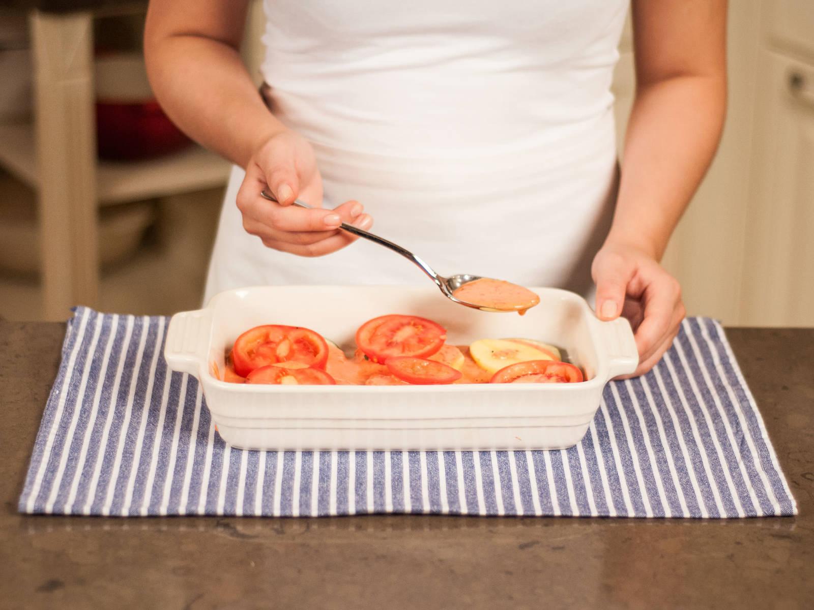 组合茄盒:在焙盘底部放一层茄子,将土豆片放在茄子上,上面浇上豆酱混合物。在顶上放上番茄片。