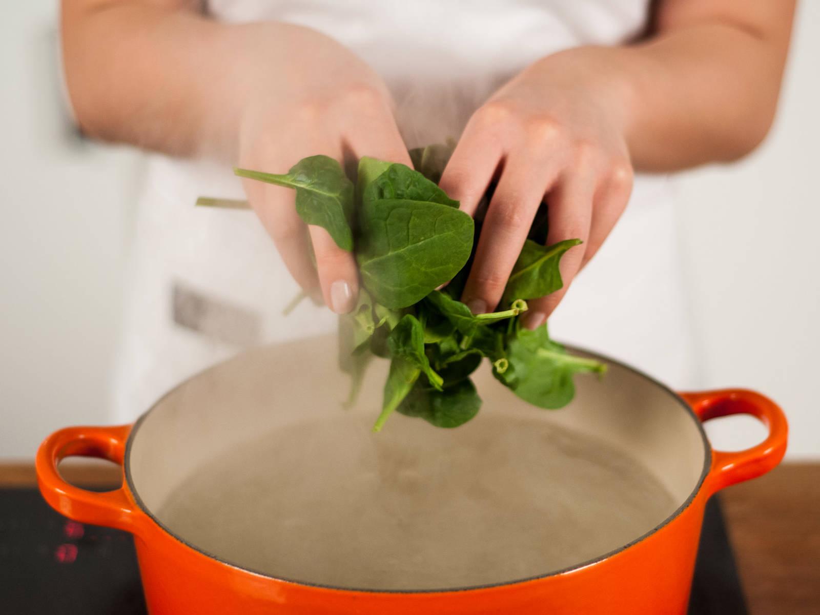 Wasser in großem Topf zum Kochen bringen. Spinat für ca. 1 – 2 Min. sieden lassen.