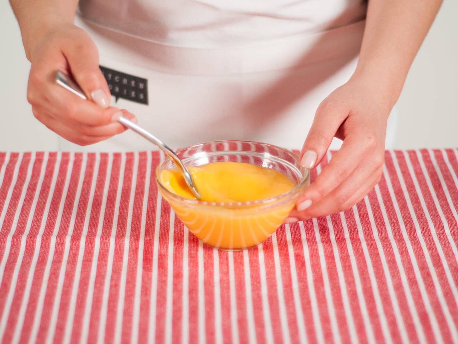 在小碗中将鸡蛋打散。