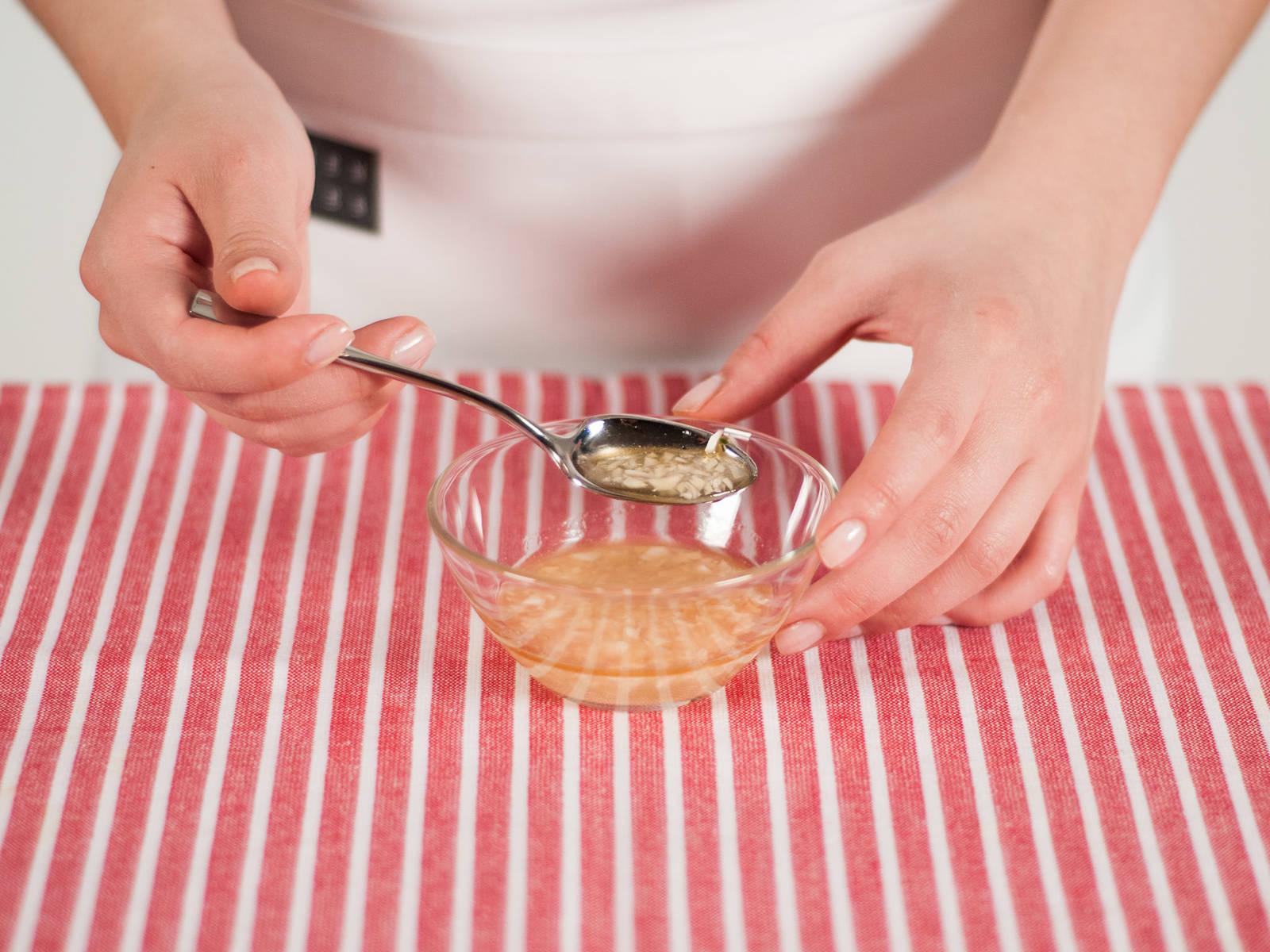 在小碗中加入醋,香麻油,盐,糖和蒜碎搅拌均匀。