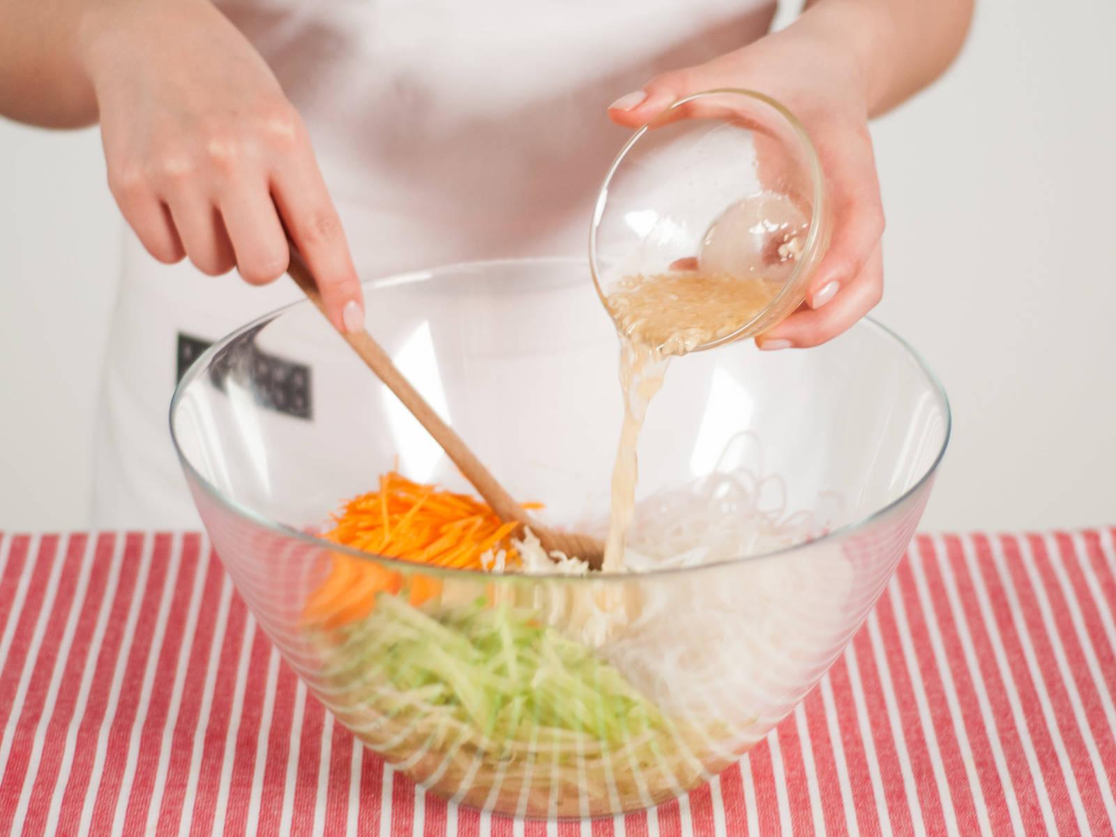 在大碗中加入切好的黄瓜,白菜,胡萝卜丝与粉丝。加入调味汁搅拌均匀。