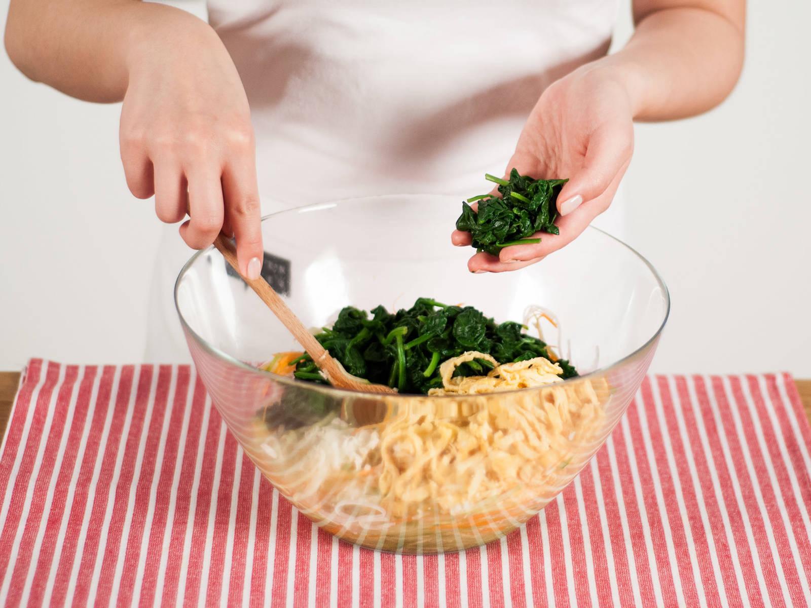 加入切好的菠菜和鸡蛋。轻轻搅拌后可作为开胃菜或配菜享用。