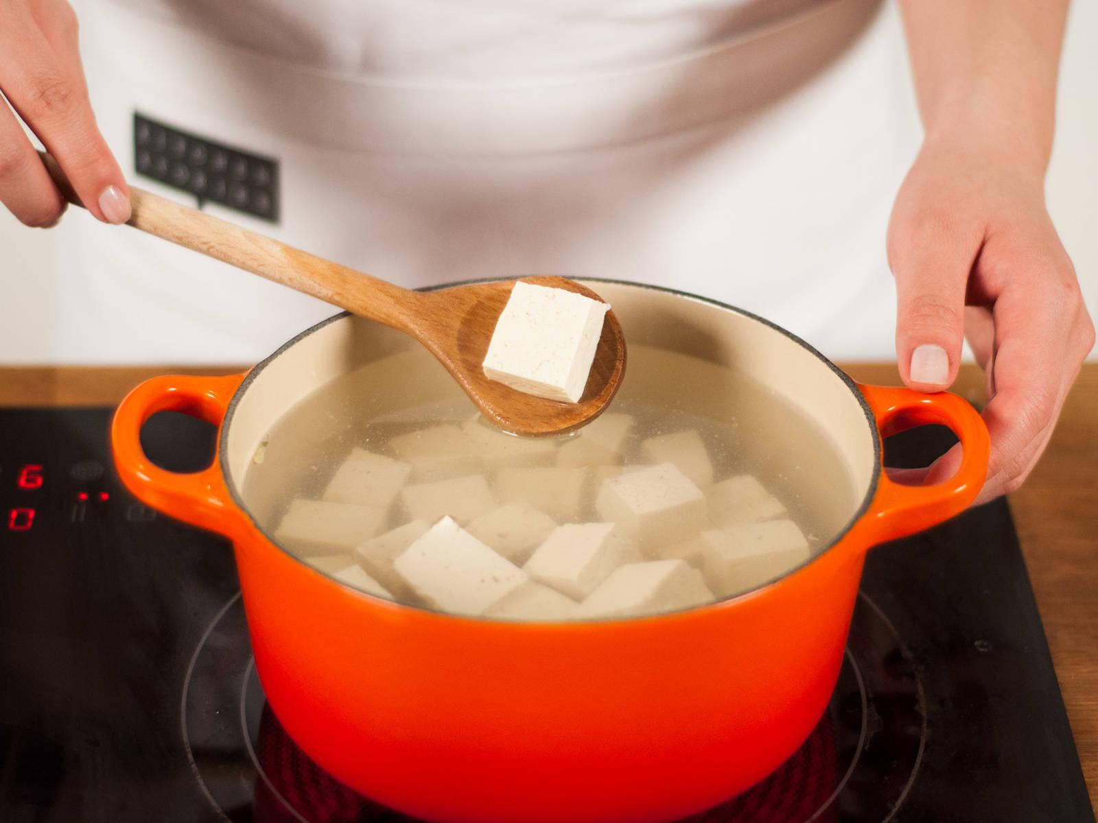 Wasser in einen kleinen Topf geben und zum Kochen bringen. Tofu ins kochende Wasser geben und für ca. 3-5 Min., bis die Tofuwürfel  an die Wasseroberfläche steigen, kochen. Abtropfen lassen.