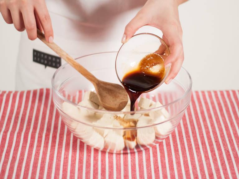 Warmen Tofu in eine große Schüssel geben. Dressing darüber geben und vorsichtig vermengen.