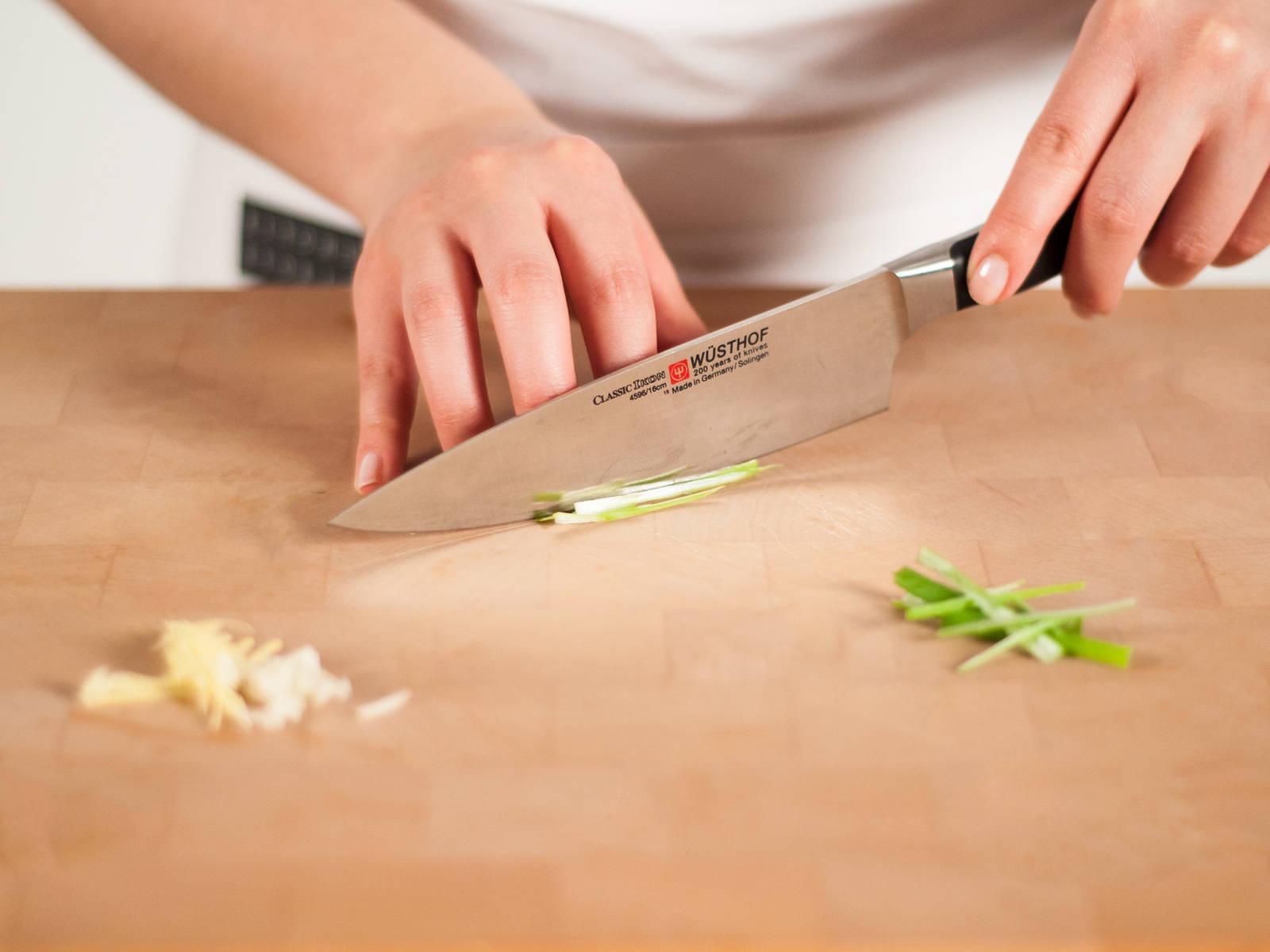 葱姜均切丝,大蒜切碎。