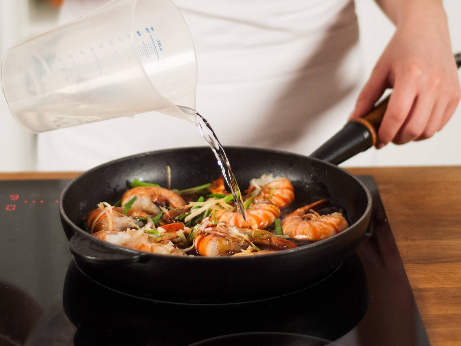 Add parts of the water. Bring to a simmer, cover, and allow to cook on low-medium heat for approx. 3 – 4 min.