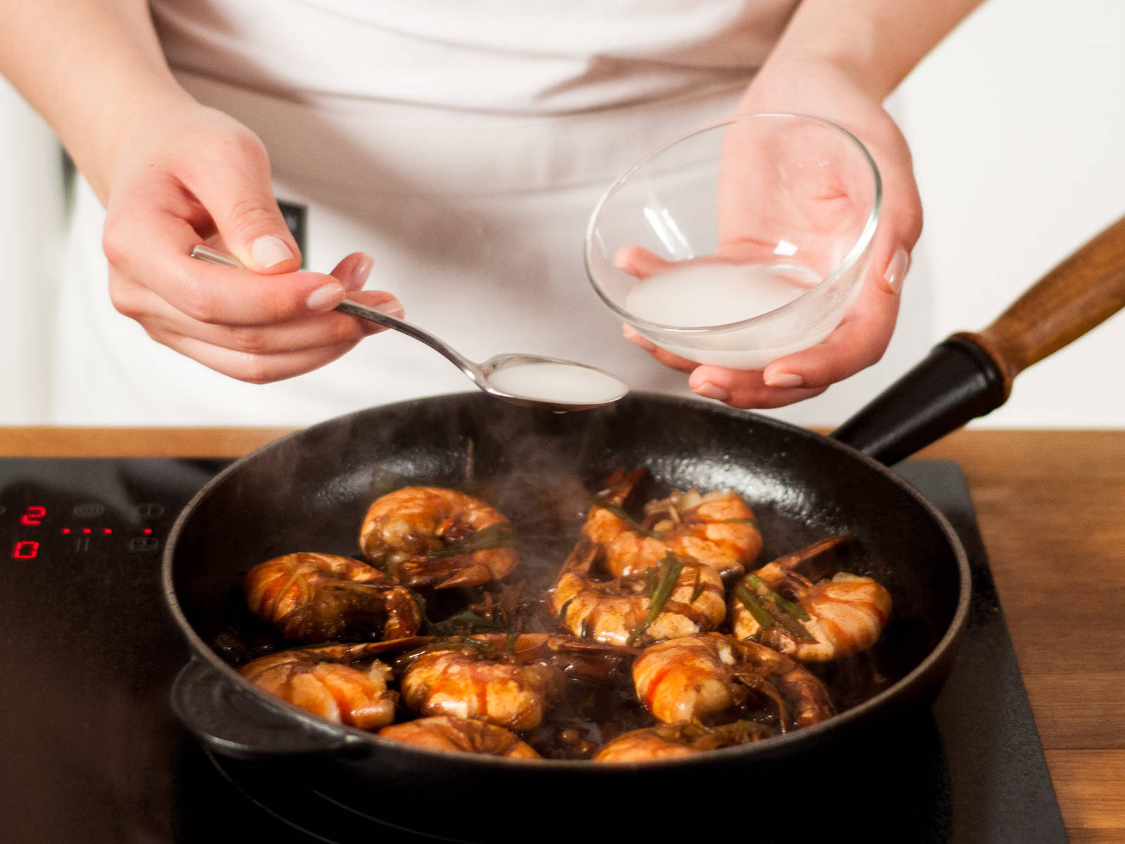 将土豆淀粉与水搅拌均匀,加入锅中勾芡。待汤汁沸腾后立即熄火。盛入盘中即可享用!