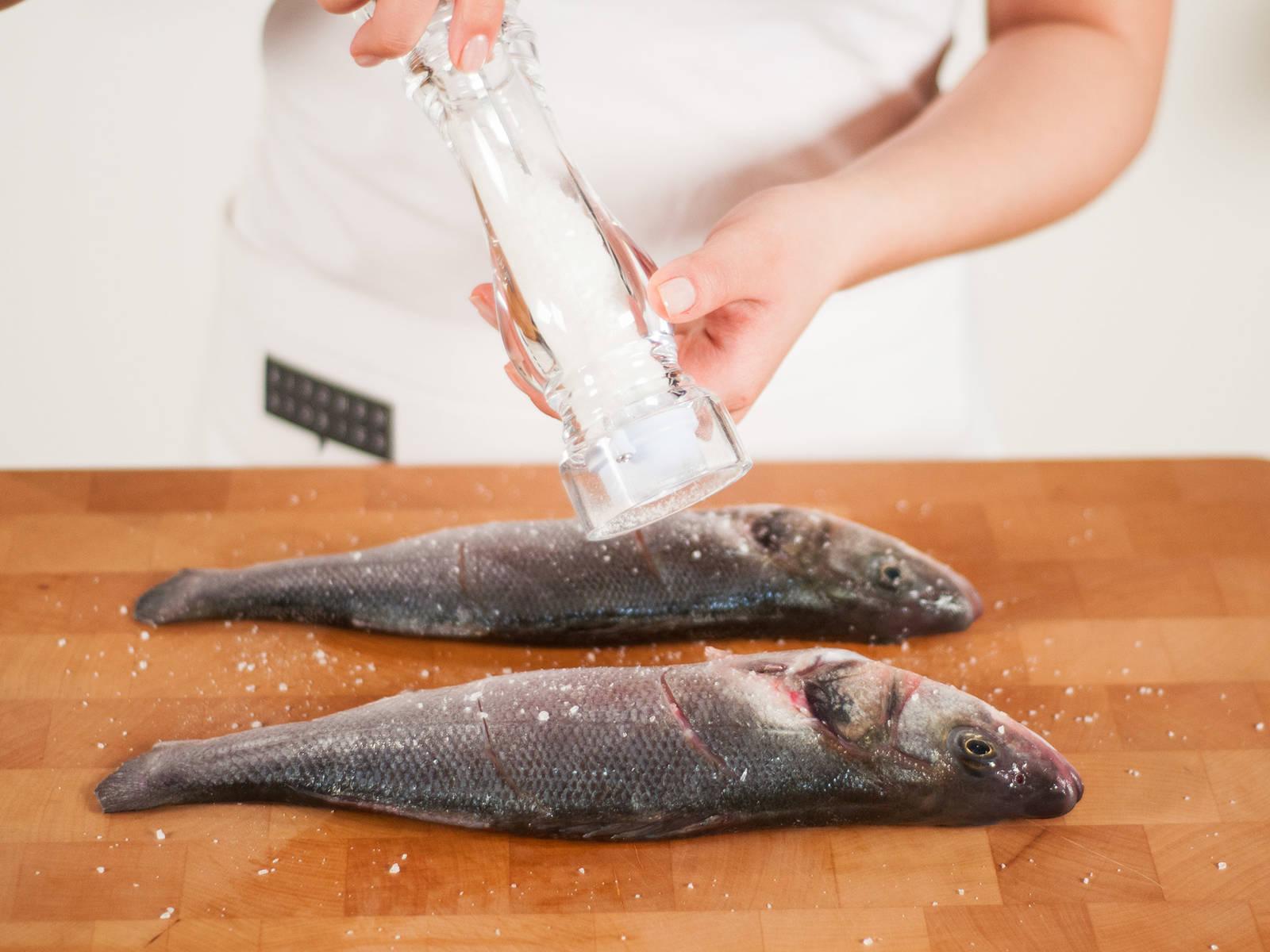 在鱼的每一面撒少许盐。