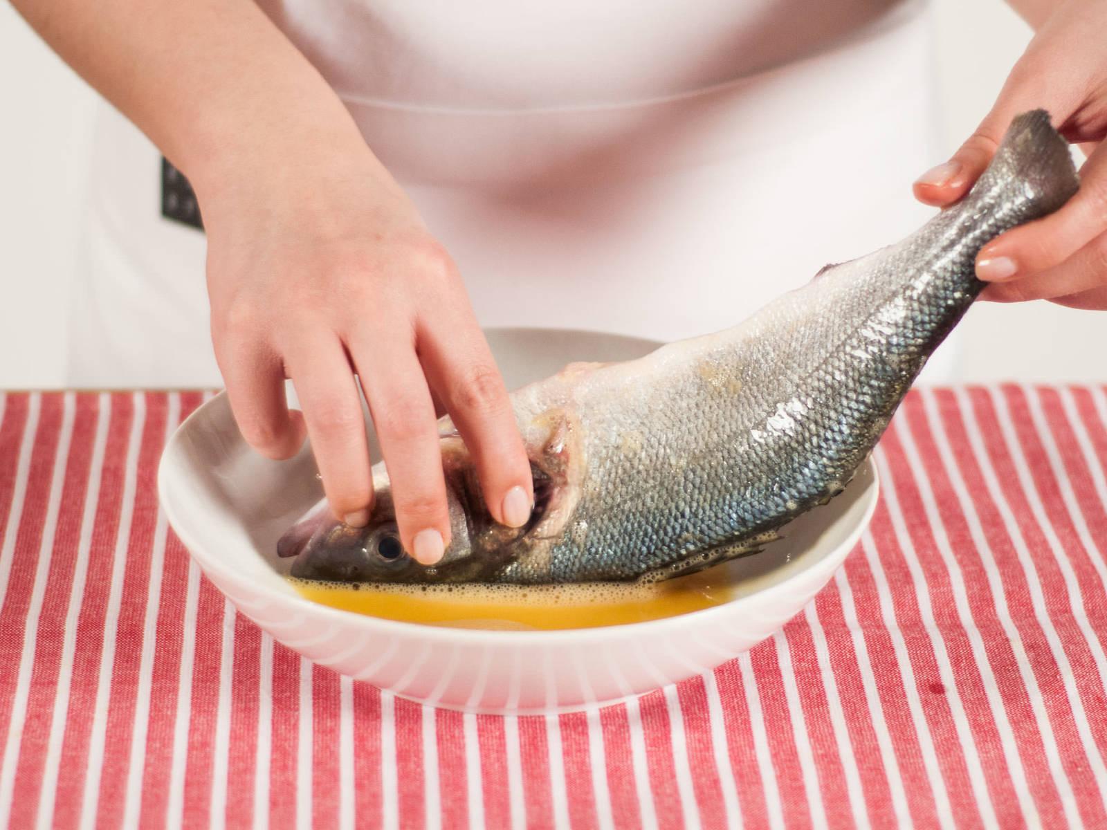 将鱼充分粘上蛋液。