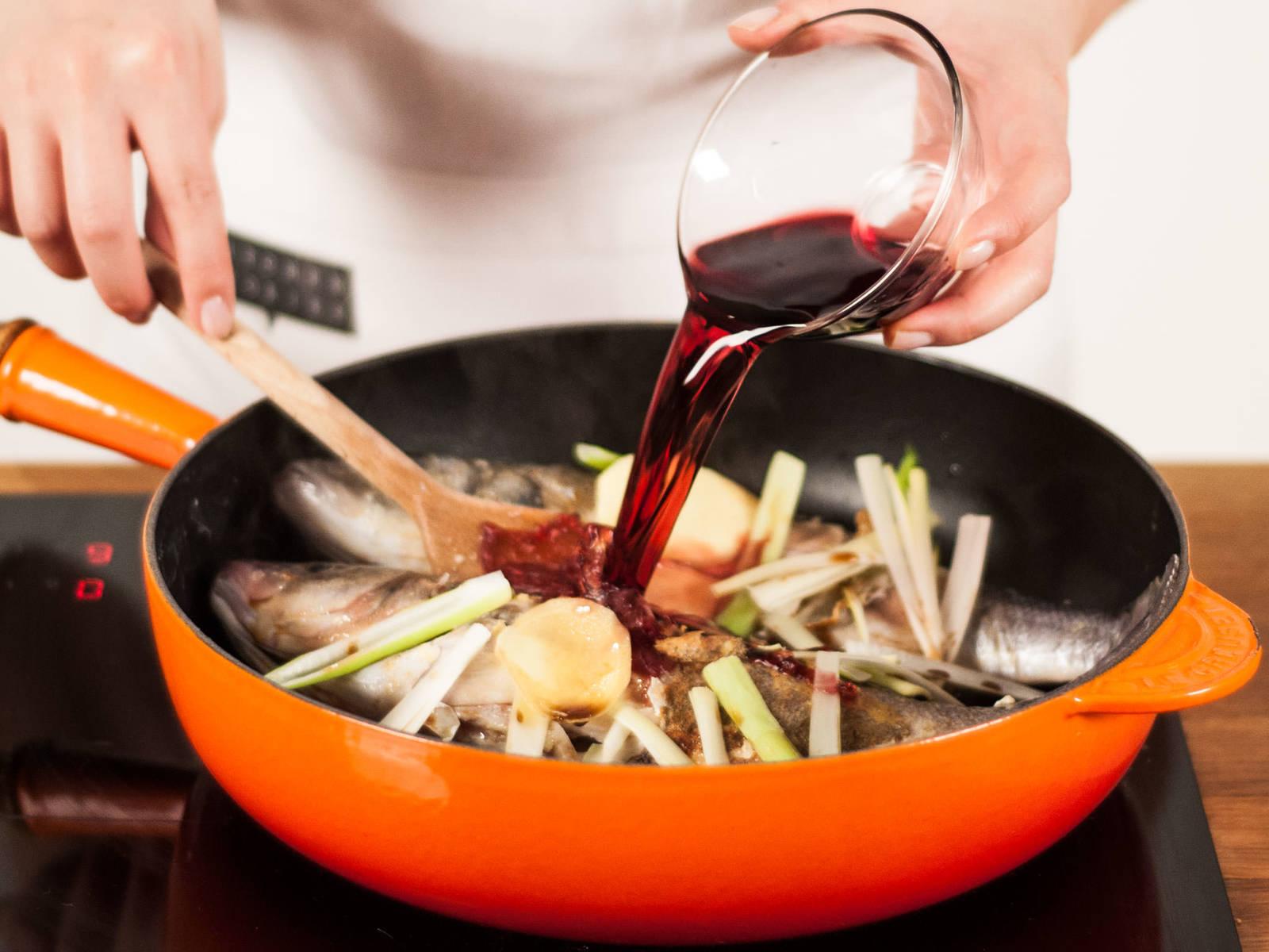 然后按顺序加入香醋,红酒,生抽和老抽。加盖,小火煮2-3分钟。