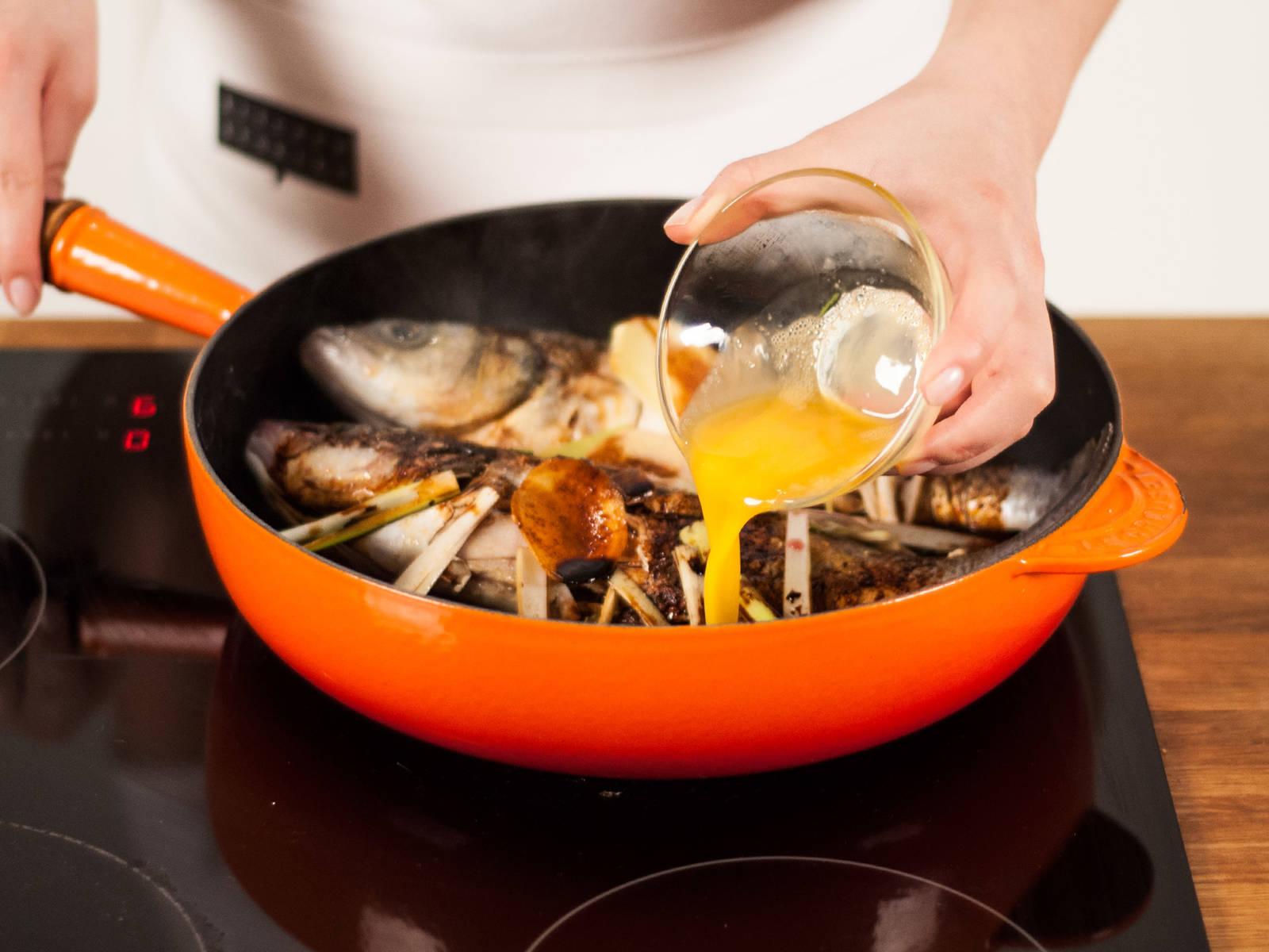 将剩余的蛋液倒入煎锅,煮2-3分钟后关火。将鱼和鸡蛋盛入盘中,撒上葱丝,佐以汤汁趁热享用。