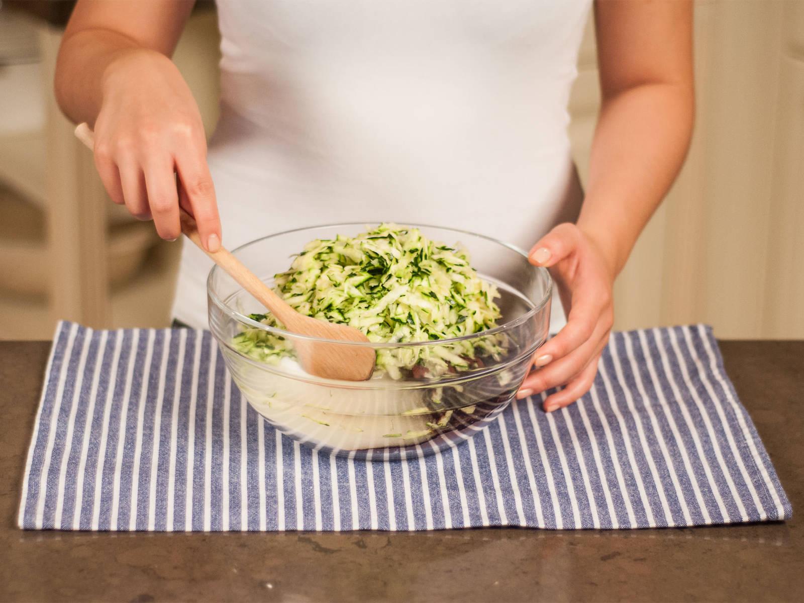 Mehl, Mark einer Vanilleschote, Zucker, Kakaopulver, Backpulver, eine Prise Salz, Pflanzenöl und Zucchini in eine große Schüssel geben. Gut vermengen.
