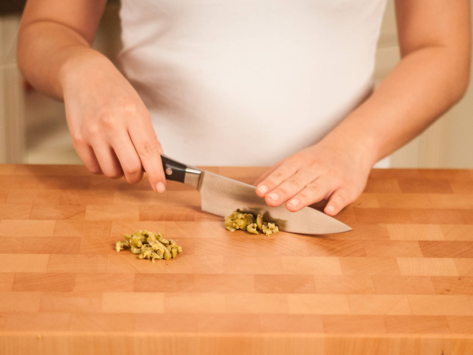 Roughly chop green olives.