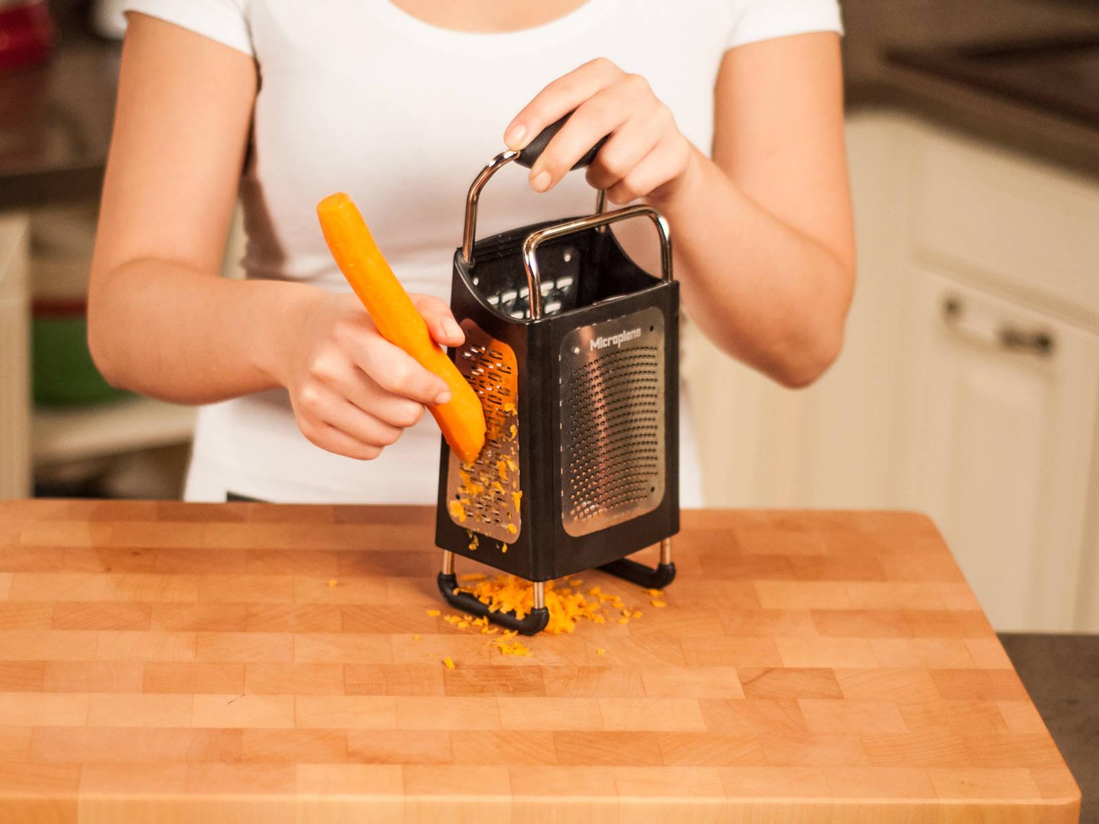 用蔬菜擦板将胡萝卜擦成丝。