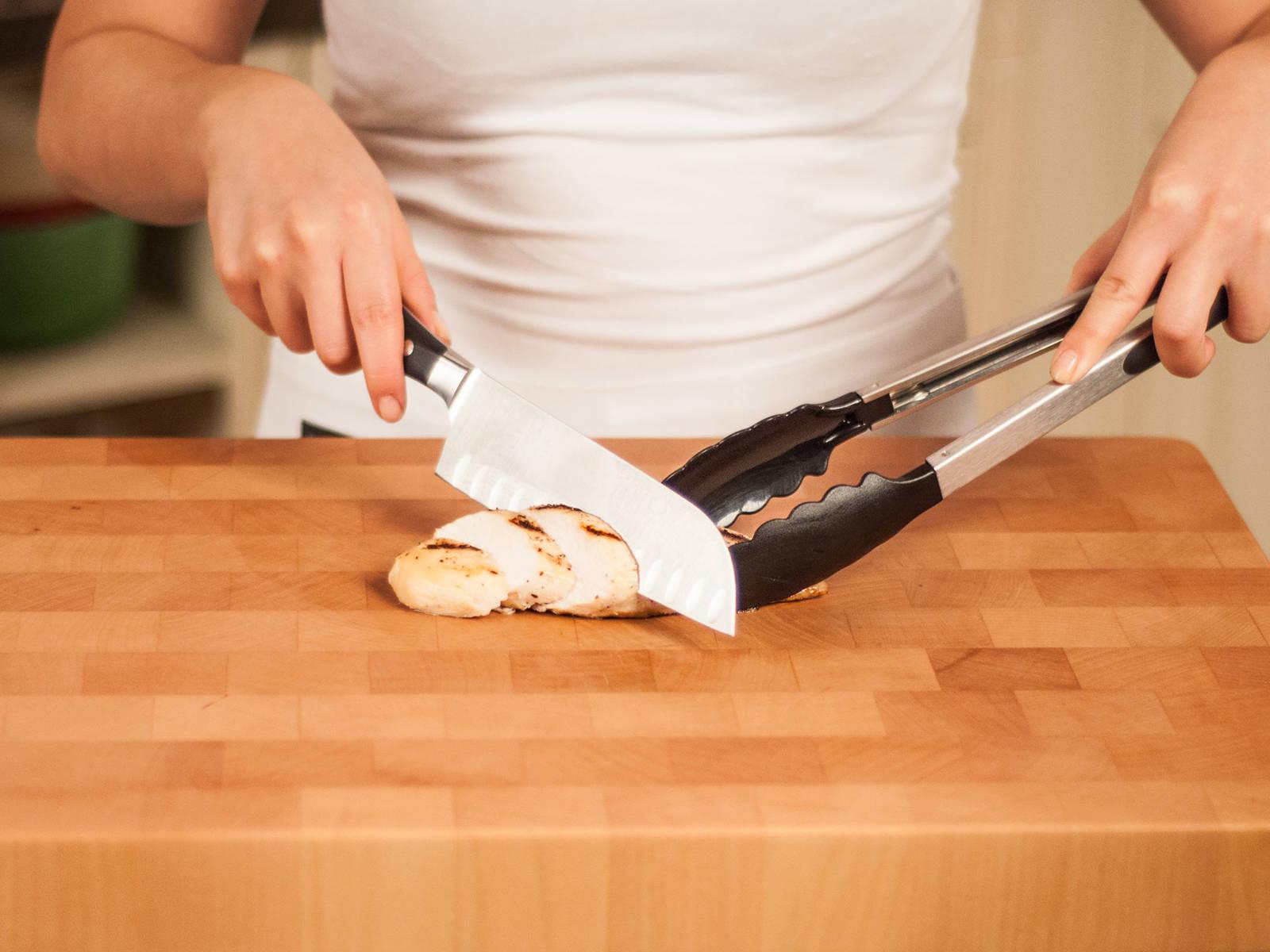 将生菜撕片,鸡肉切成条状。用勺子将沙拉酱汁放入罐底。依次分层放入樱桃番茄、橄榄、一半生菜、胡萝卜、黄瓜和甜椒。最上面放入剩余的生菜和鸡肉。食用时,将所有食材放入碗中,搅拌均匀。享用吧!