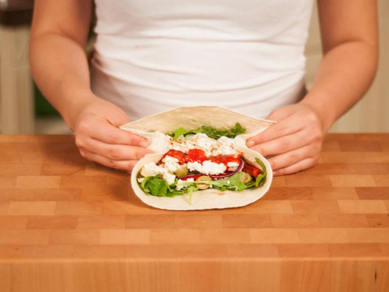 Seiten der Tortilla einklappen, unteren Tortillarand nach oben einschlagen und weiter aufrollen. Fest verschließen. Halbieren und genießen!