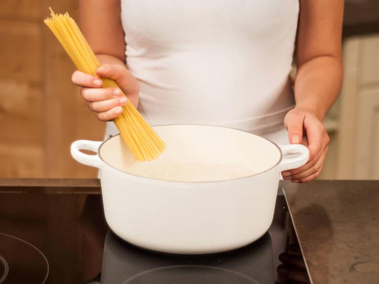 按照包装上的说明,将面条放入大锅中煮 6 - 8 分钟,至面条有嚼劲。沥干备用。