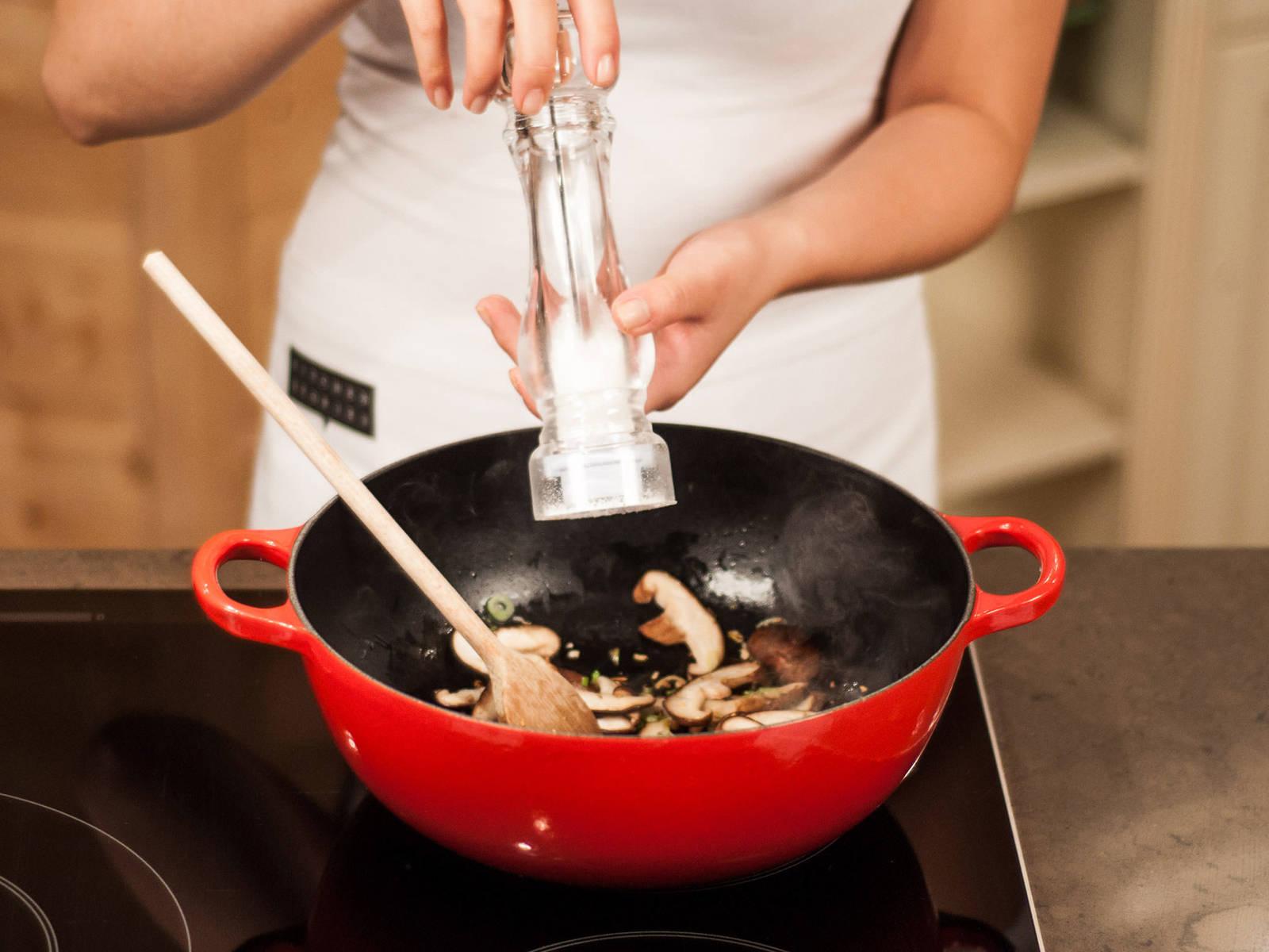 Pilze in die Pfanne geben und ca. 1 – 2 Min. mitbraten. Nach Geschmack mit Salz und Pfeffer würzen.