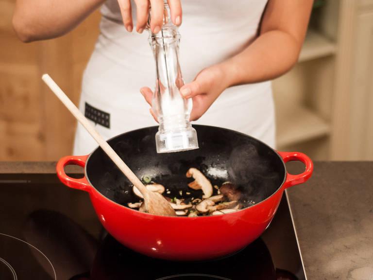 在煎锅中放入香菇,煎 1 - 2 分钟,加入适量盐和胡椒粉调味。