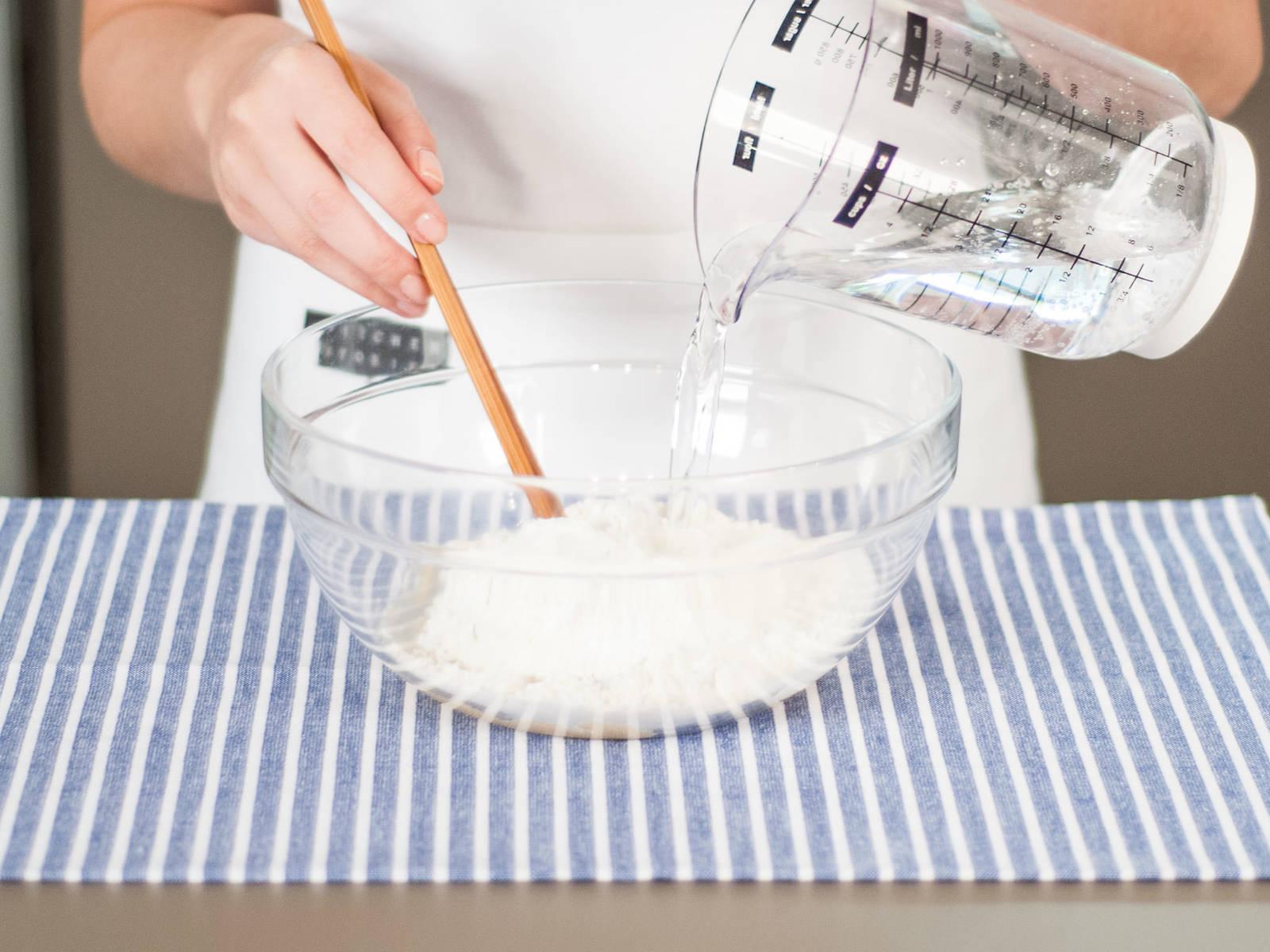 将面粉、泡打粉和盐一起混合均匀。加入玉米油,再缓慢地加入苏打水直至面糊浓稠。
