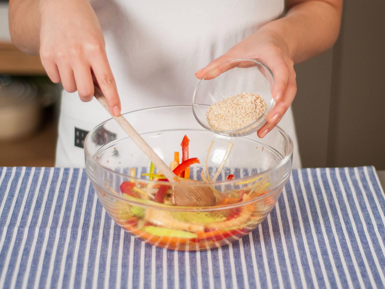 加入烘熟的芝麻,搅拌均匀。