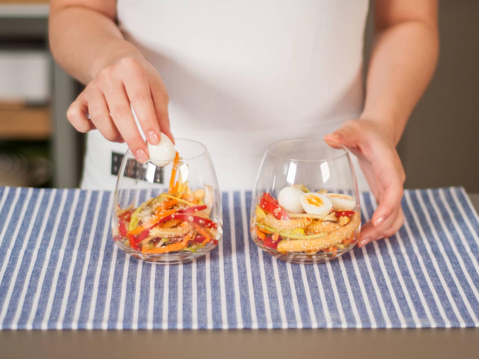 将拌好的沙拉和鹌鹑蛋放入玻璃杯中。趁热享用吧!