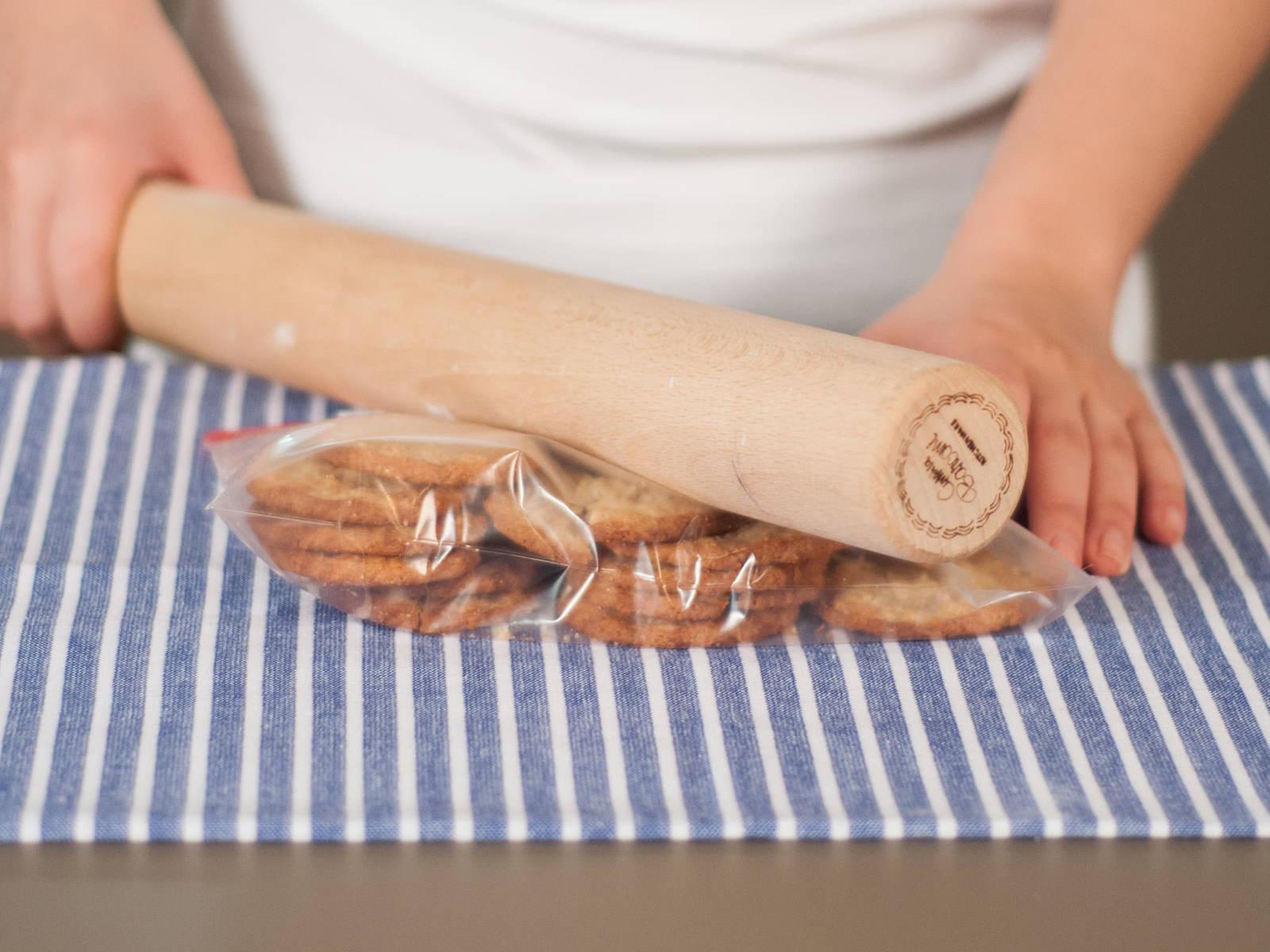 将饼干放入冷冻袋,密封后用擀面杖将饼干压碎。