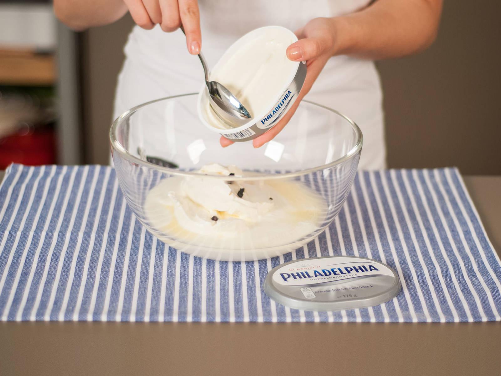 柠檬榨汁,刮出香草精华。将柠檬汁、香草精华、酸奶与奶油奶酪放入大碗中,搅拌均匀。