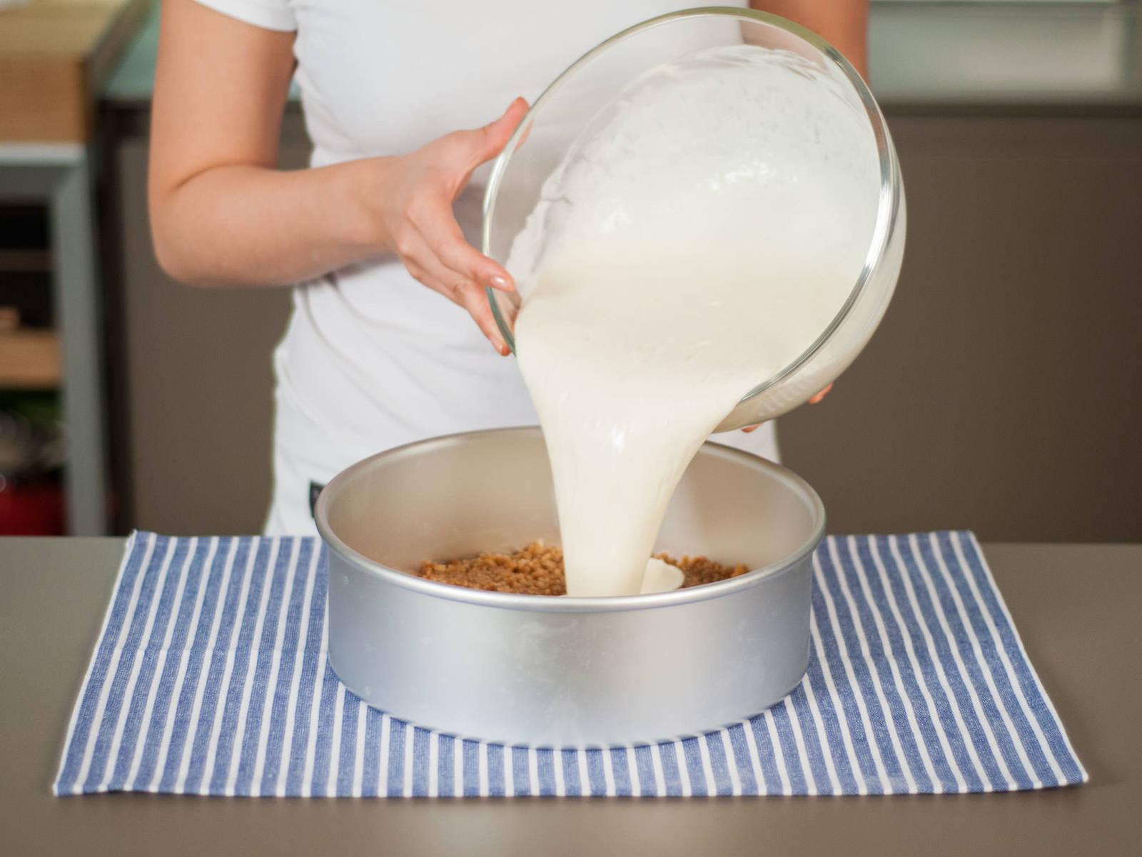 将混合物倒入烤模,并在工作台上轻轻敲击烤模,排出气泡。然后放入冰箱冷藏约3小时。