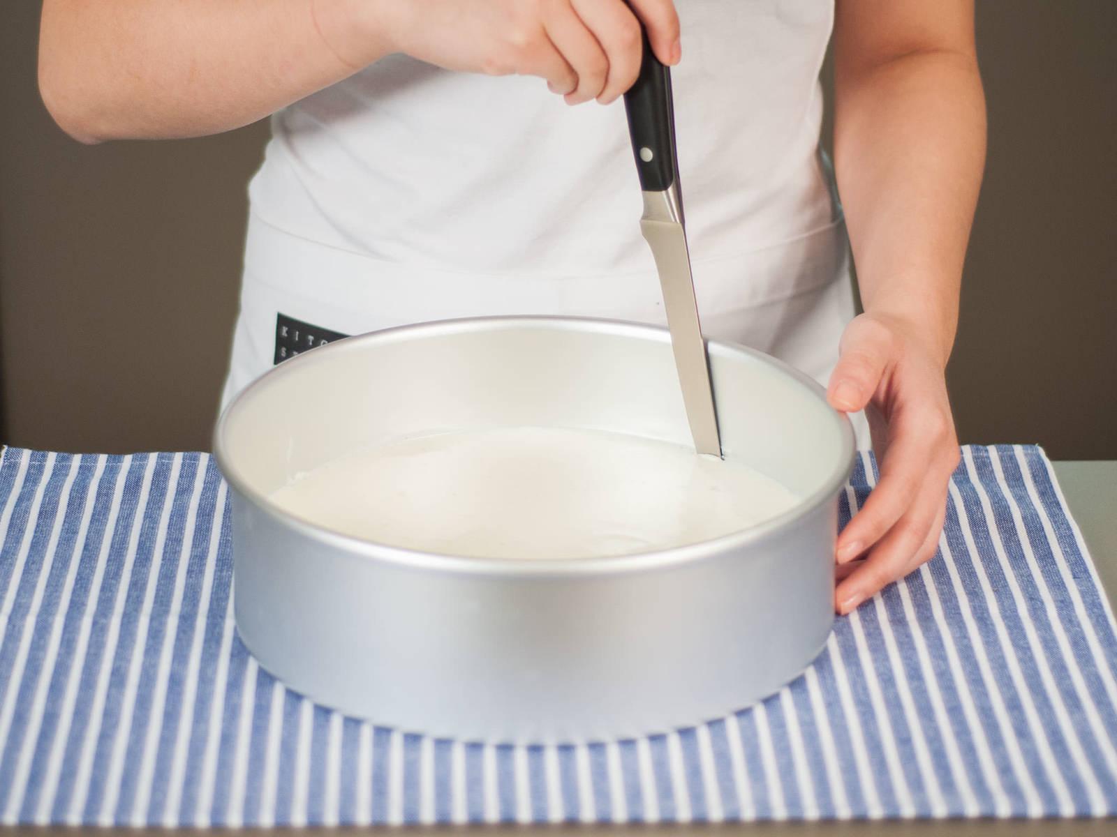 用刀沿烤模内侧转一圈,将蛋糕从烤模中取出,放入蛋糕盘。