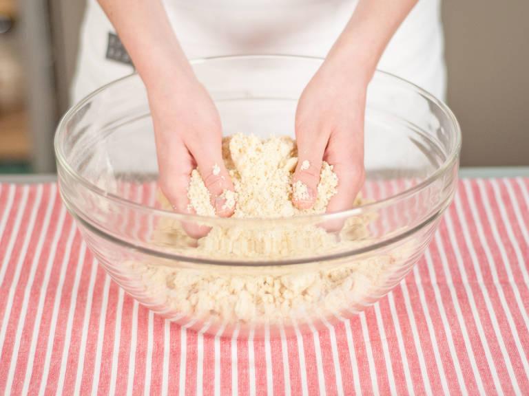 用手将其粗略混合,制成派料。