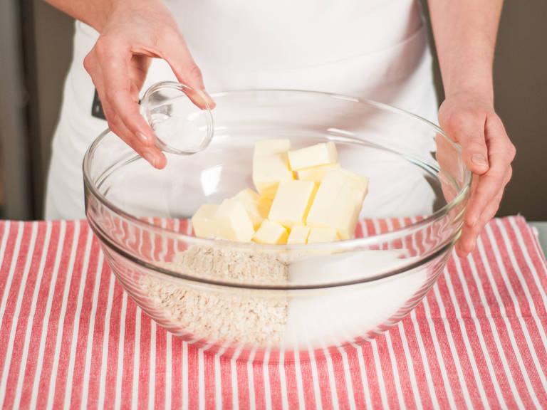 在大碗中加入面粉、燕麦、黄油、一部分糖、香草糖。