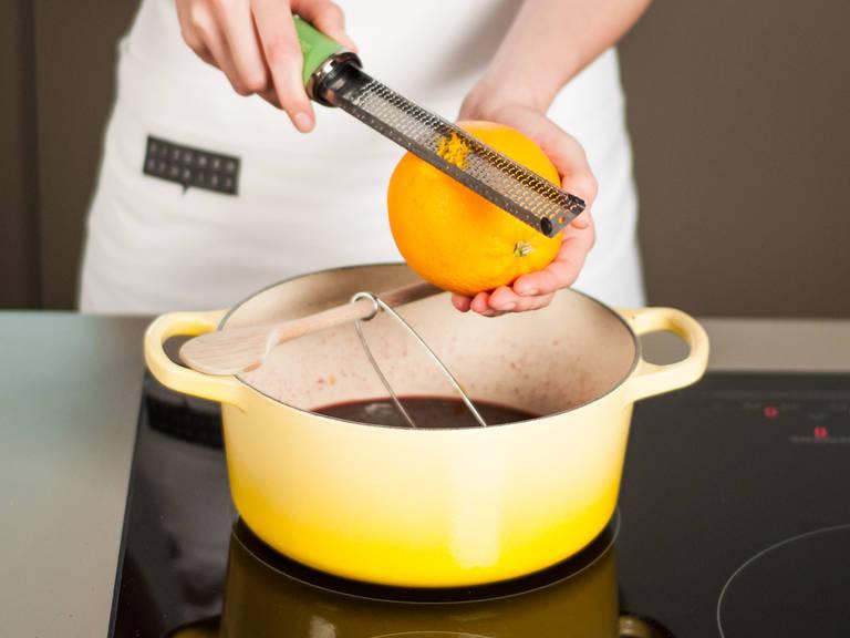 预热烤箱至180摄氏度。将柠檬皮和橙子皮擦入锅中。
