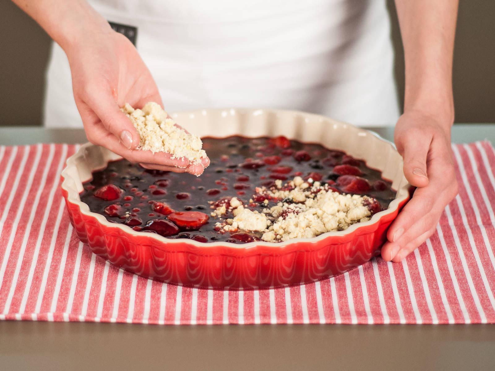 Gleichmäßig die Streusel über den Beeren verteilen. Im vorgeheizten Backofen bei 180°C für ca. 23 – 25 Min. backen bis die Streusel goldbraun sind. Warm mit Vanillesoße, Sahne oder Eiscreme genießen.