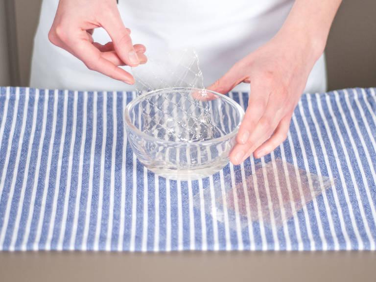 Gelatineblätter in eine Schüssel mit Wasser legen. Für ca. 5 - 7 Min. einweichen.