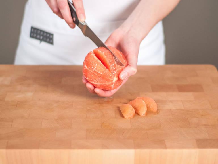 Grapefruits mit einem scharfen Messer schälen und filetieren.