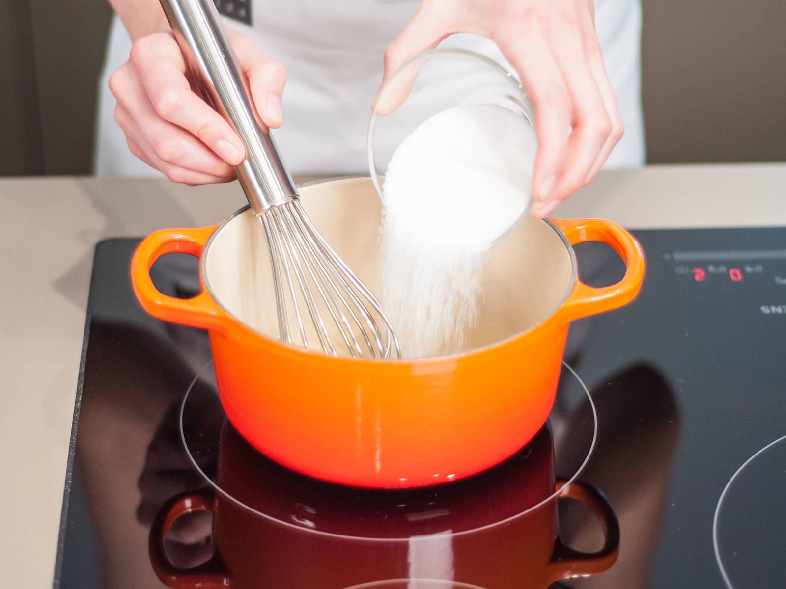 Vollgesogenen Gelatineblätter mit Wasser und Zucker in einen Topf geben. Mixtur bei kleiner bis mittlerer Flamme erhitzen und regelmäßig umrühren. Topf vom Herd nehmen, wenn die Gelatine und der Zucker sich komplett aufgelöst haben und bei Seite stellen.